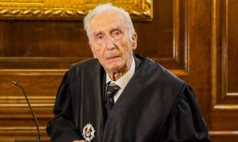 L'advocat Francesc Vega Sala rep la Creu d'Honor de Sant Raimon de Penyafort en un acte íntim